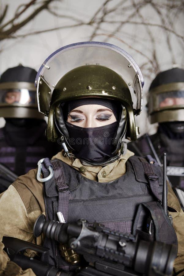 Piękna młoda dziewczyna w wojskowym uniformu i hełmie obraz royalty free