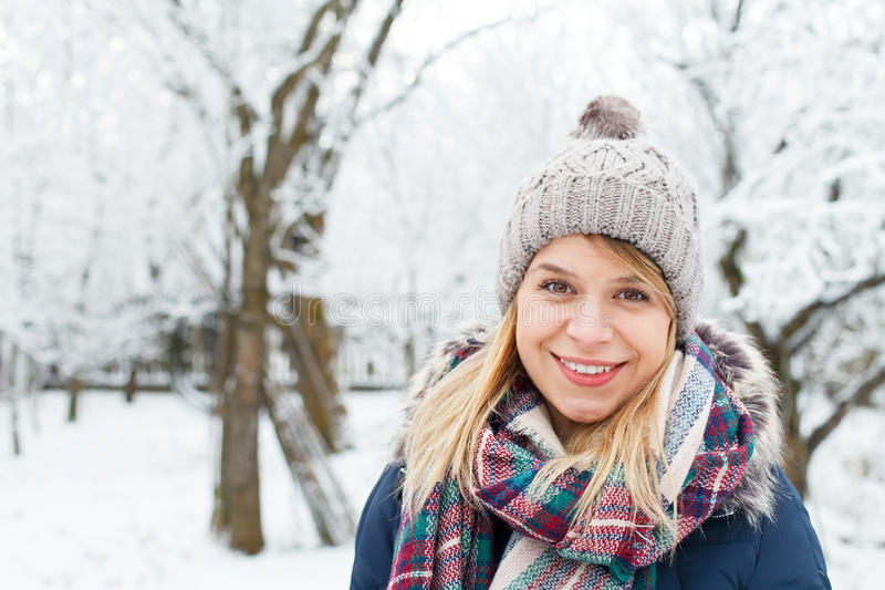 Piękna młoda dziewczyna - wintertime zdjęcie stock