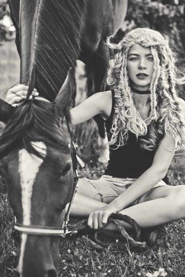 Piękna młoda dziewczyna z koniem zdjęcie royalty free