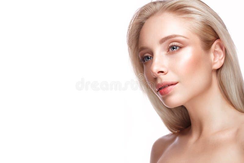 Piękna młoda dziewczyna z lekkim naturalnym makijażem perfect skórą i Piękno Twarz obraz royalty free