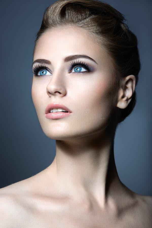 Piękna młoda dziewczyna z lekkim naturalnym makijażem Piękno Twarz fotografia royalty free