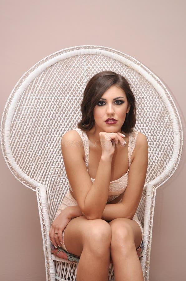 Piękna młoda dziewczyna z szkłem szampan zdjęcia stock
