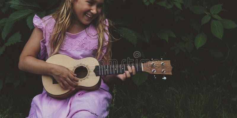 Piękna młoda dziewczyna z ukulele obrazy stock