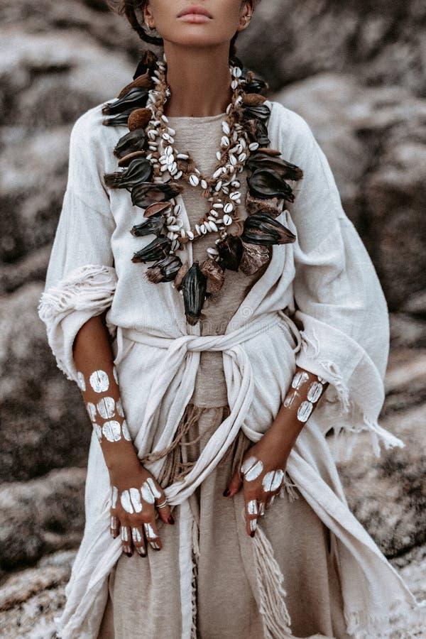 Piękna młoda dzika bezpłatna kobieta w plemiennym kostiumu z podstawowym ornamet na skórze zdjęcie royalty free