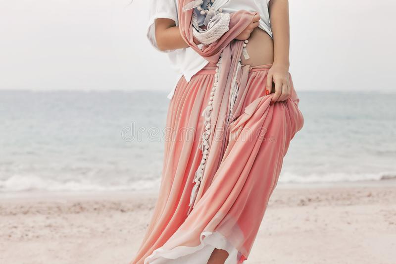 Piękna młoda elegancka kobieta w menchiach omija na wyrzucać na brzeg zamkniętego u zdjęcia stock
