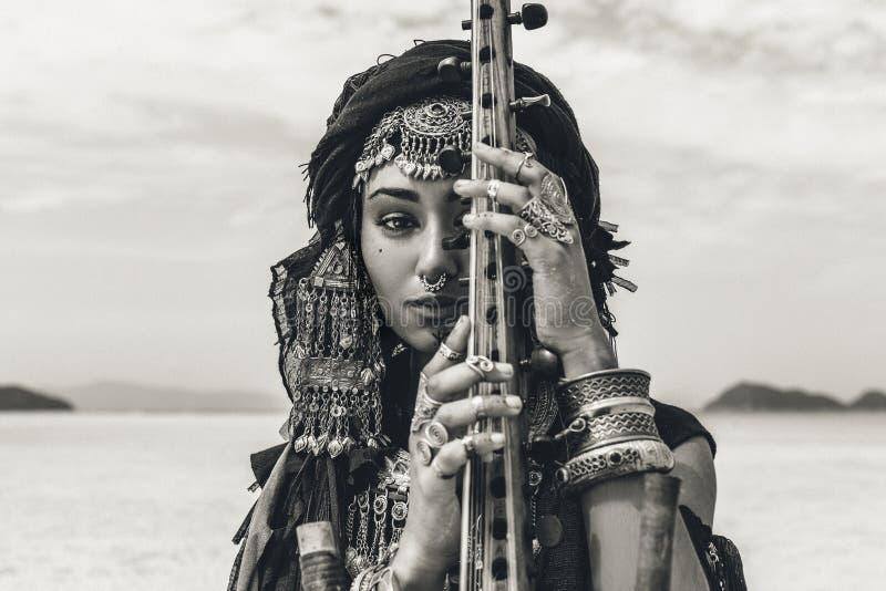 Piękna młoda elegancka plemienna kobieta w orientalnym kostiumowym bawić się sitar outdoors z bliska obrazy royalty free