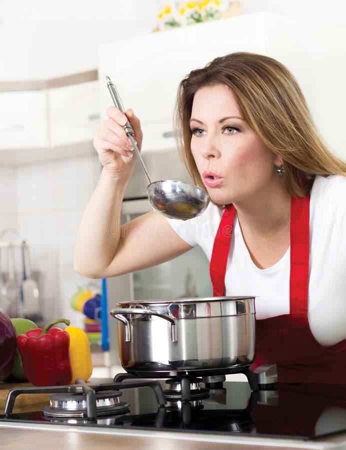 Piękna młoda gospodyni domowa w kuchni obrazy stock
