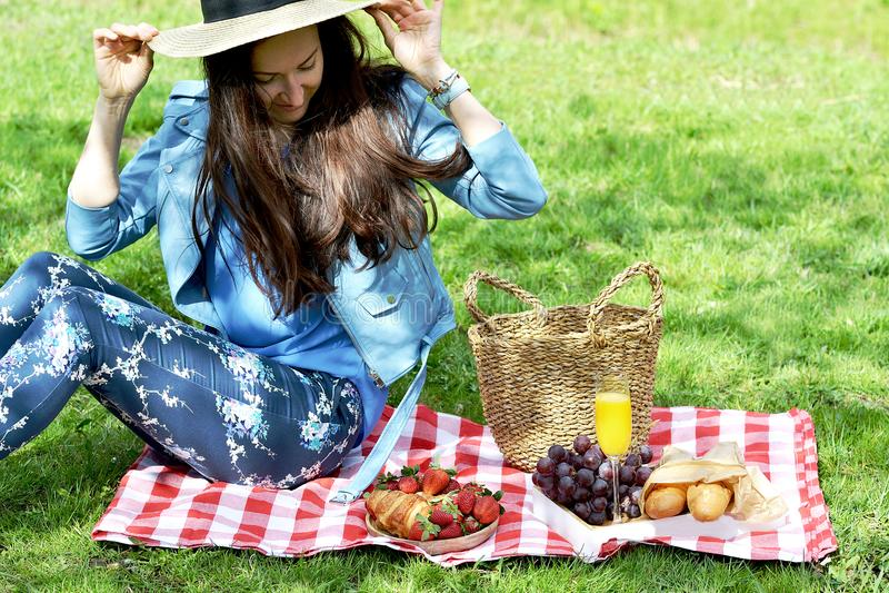 Piękna Młoda Kaukaska kobieta w Błękitnej skórzanej kurtce Ma pinkin w parku fotografia royalty free