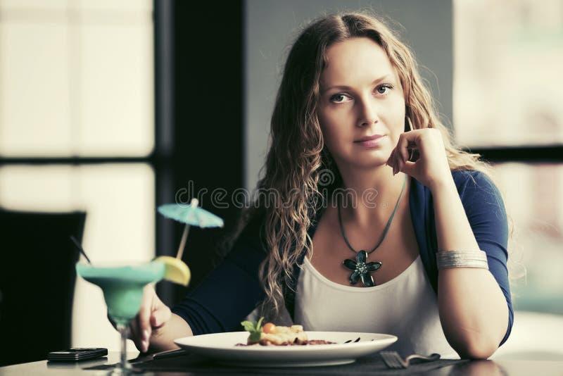 Piękna młoda kobieta łomota przy restauracją obrazy royalty free