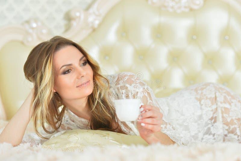 Piękna młoda kobieta bielu filiżanka kawy zdjęcie royalty free