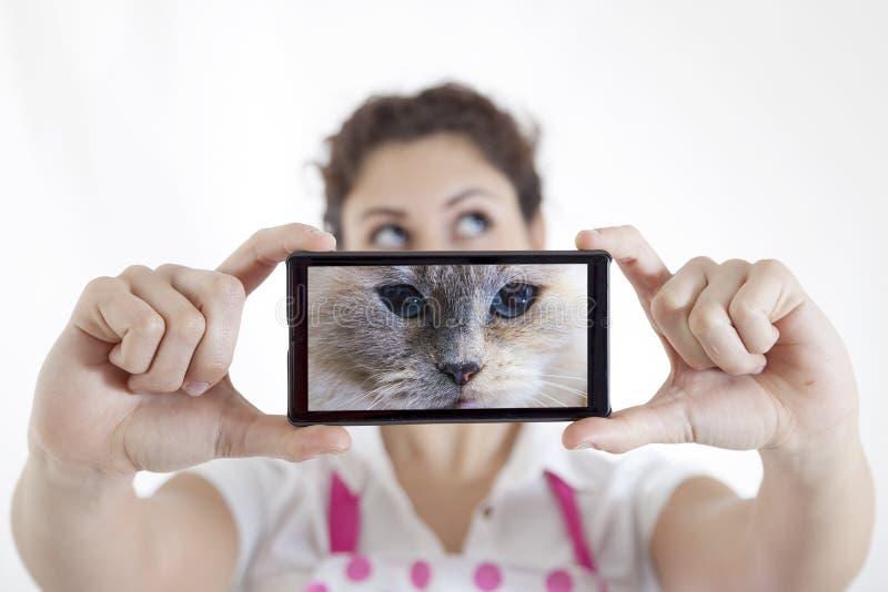 Piękna młoda kobieta bierze selfie fotografia stock
