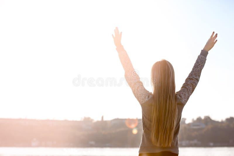 Piękna młoda kobieta blisko rzeki na jesień dniu fotografia stock