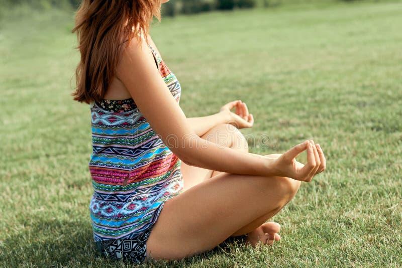 Piękna młoda kobieta cieszy się medytację i joga na zielonej trawie w lecie na naturze Piękno kobieta robi joga Zdrowy i yog obrazy royalty free