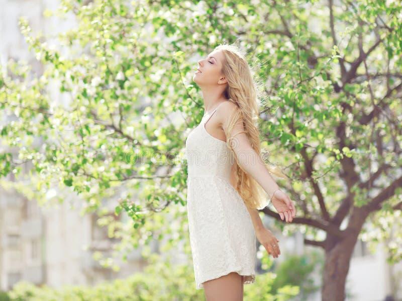 Download Piękna Młoda Kobieta Cieszy Się Odór W Kwieceniu Obraz Stock - Obraz złożonej z okwitnięcie, relaksuje: 53780353