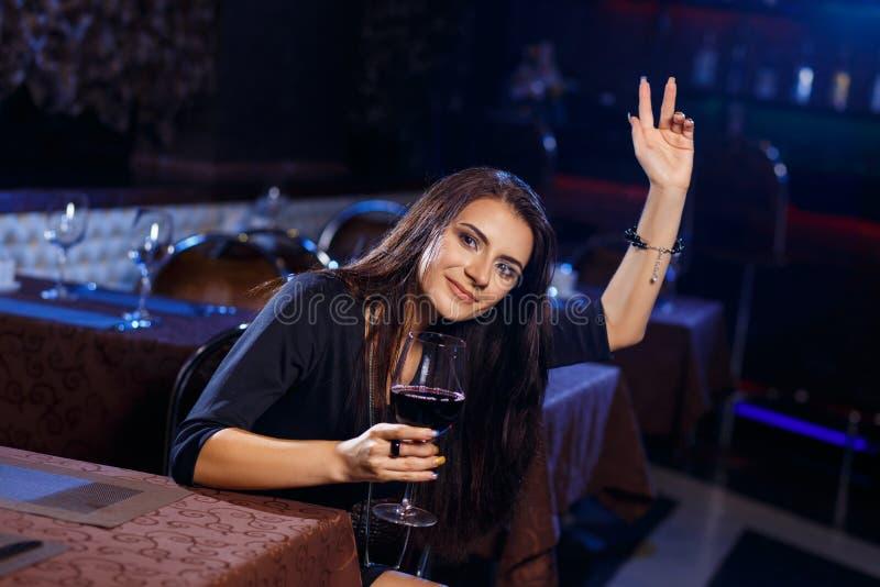 Piękna młoda kobieta dzwoni kelnerki obrazy royalty free