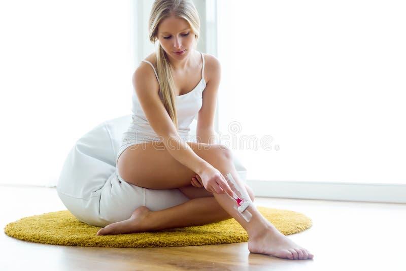Piękna młoda kobieta goli jej atracctive nogi obrazy royalty free