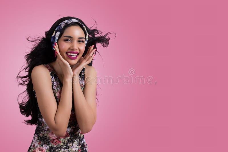 Piękna młoda kobieta jest uśmiechnięta zdjęcia stock