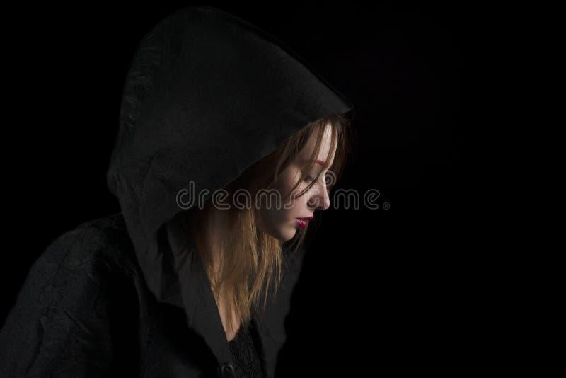 Piękna młoda kobieta Jest ubranym Czarnego kapiszon obraz royalty free