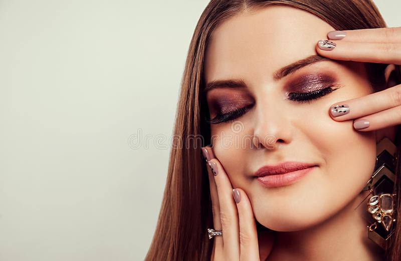 Piękna młoda kobieta jest ubranym jewellery na białym tle z perfect makijażem i manicure ciała opieki pojęcia odosobniona biała k fotografia royalty free