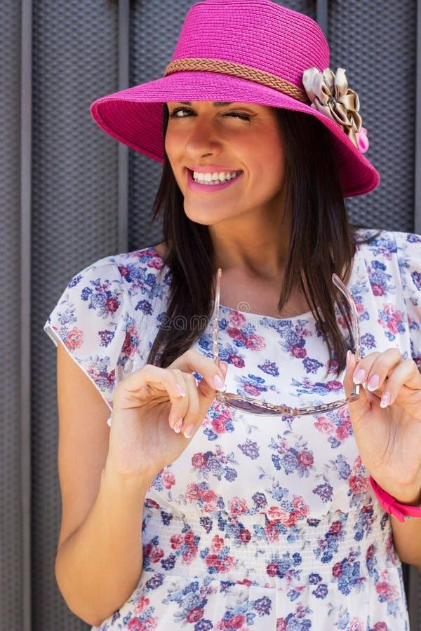 Piękna młoda kobieta jest ubranym mrugać i kapelusz zdjęcia stock