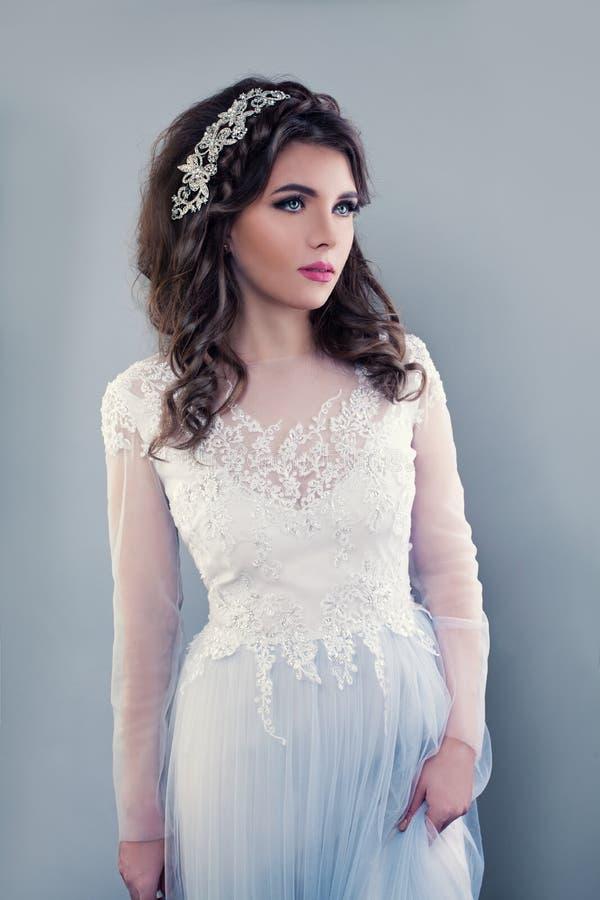 Piękna młoda kobieta jest ubranym suknię wieczorową zdjęcia stock