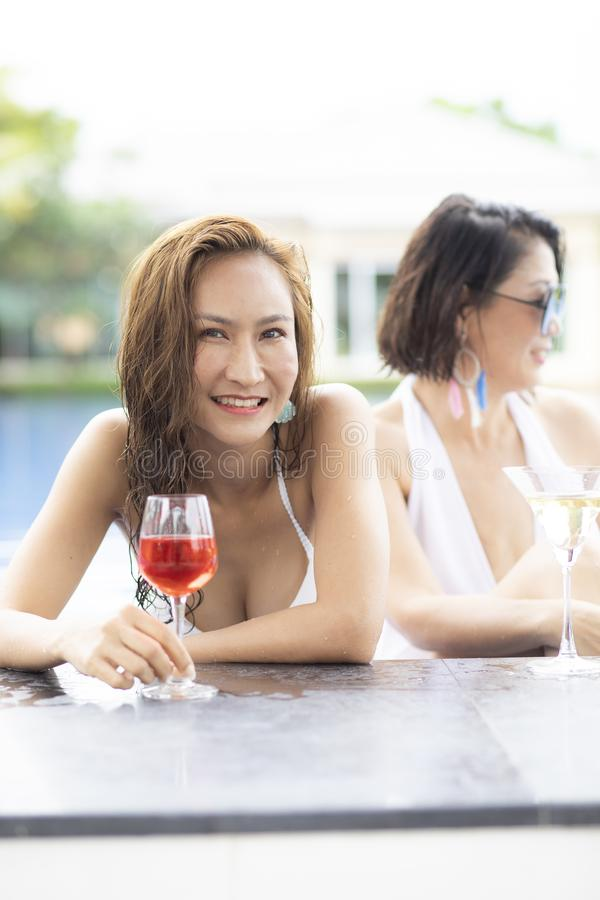 Piękna młoda kobieta jest ubranym swimsuit twarzy toothy uśmiechniętego szczęście przy basenem zdjęcie royalty free