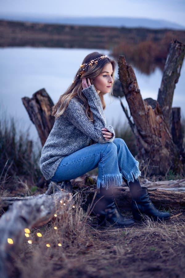 Piękna młoda kobieta jeziorem fotografia royalty free