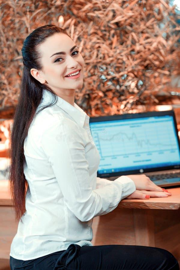 Piękna młoda kobieta ma biznesowego lunch zdjęcie royalty free