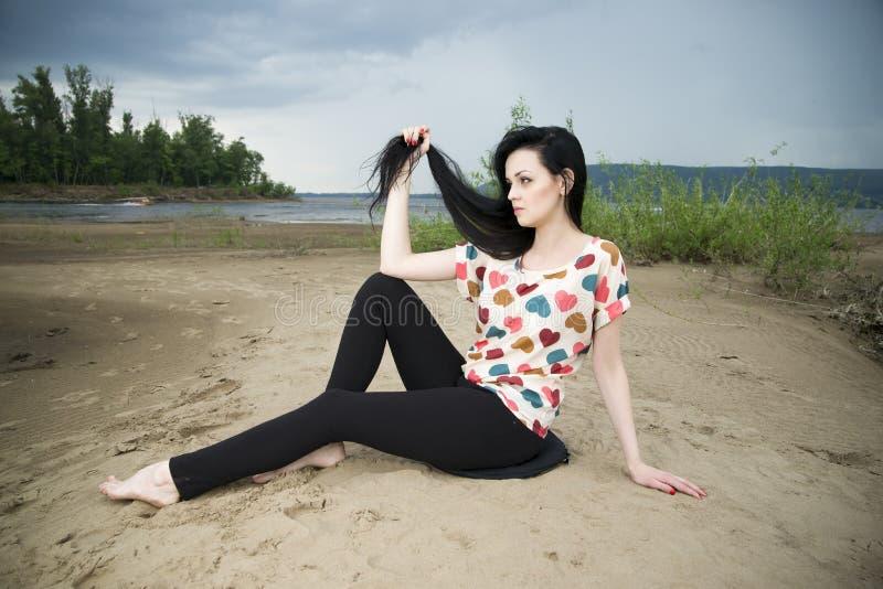 Piękna młoda kobieta na piaskowatej plaży obrazy stock
