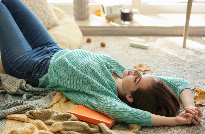 Piękna młoda kobieta odpoczywa na podłodze w domu fotografia royalty free