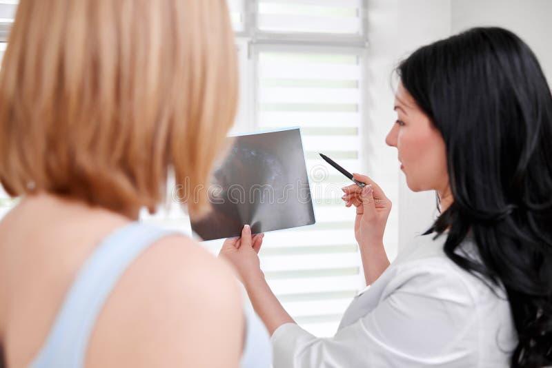 Piękna młoda kobieta odwiedza lekarkę zdjęcia stock