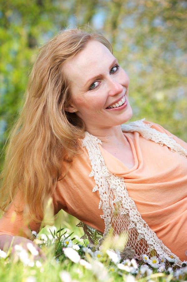 Piękna młoda kobieta ono uśmiecha się outdoors zdjęcie stock