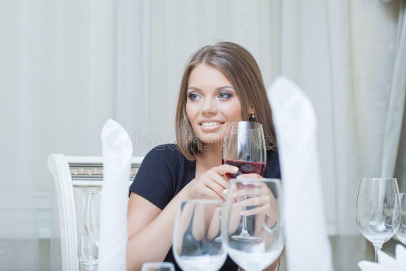 Piękna młoda kobieta ono uśmiecha się w restauraci obraz royalty free