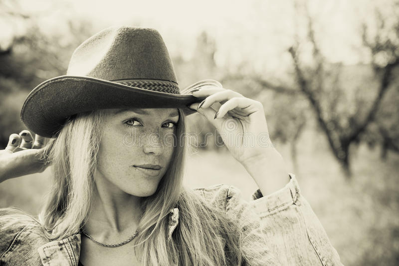Piękna młoda kobieta outdoors obrazy stock