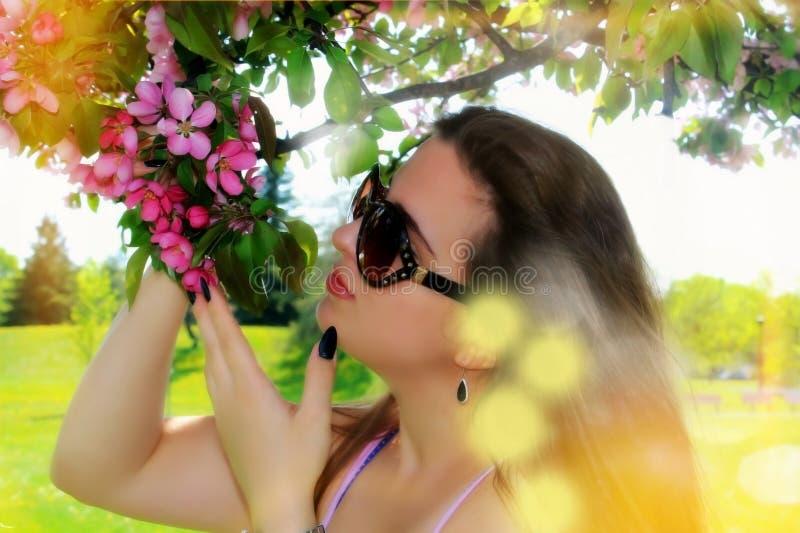 Piękna młoda kobieta outdoors zdjęcie stock