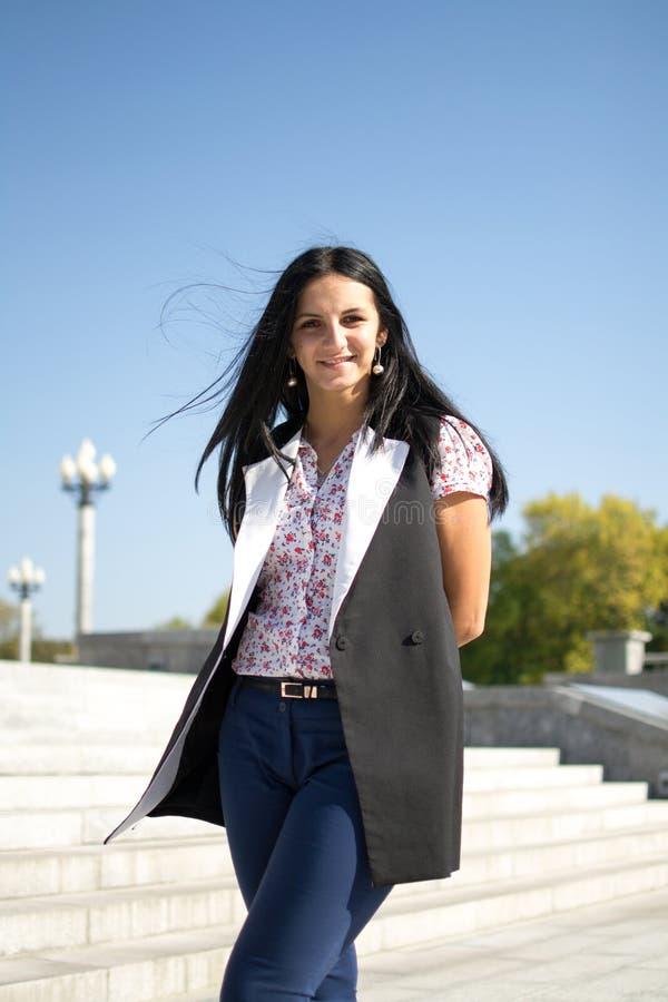 Piękna młoda kobieta outdoors ciesz się charakter Zdrowa Uśmiechnięta dziewczyna obrazy stock