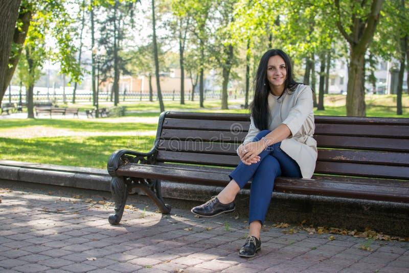 Piękna młoda kobieta outdoors ciesz się charakter Zdrowa Uśmiechnięta dziewczyna w Zielonej trawie obraz stock