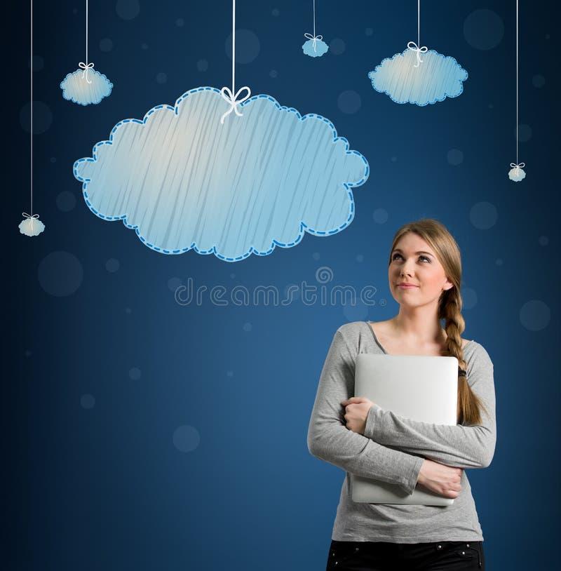 Piękna młoda kobieta patrzeje obwieszenie chmury ilustracja wektor
