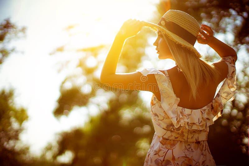 Piękna młoda kobieta plenerowa na letnim dniu obraz stock