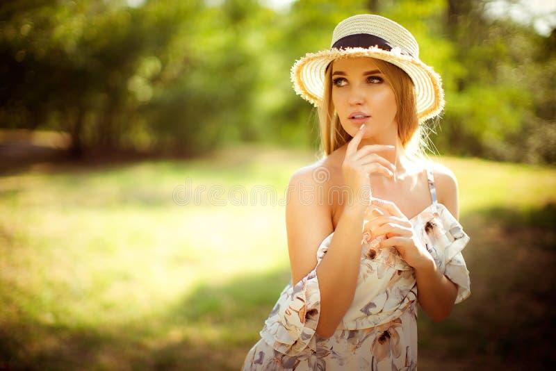 Piękna młoda kobieta plenerowa na letnim dniu fotografia royalty free