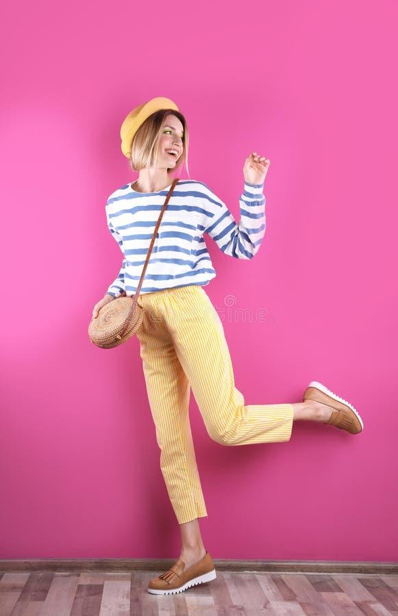 Piękna młoda kobieta pozuje blisko kolor ściany obraz royalty free