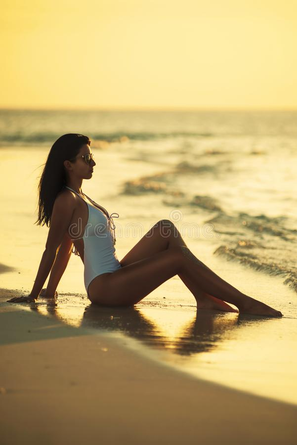 Piękna młoda kobieta pozuje na biel plaży, piękna sceneria z kobietą w Maldives, tropikalny raj obraz stock
