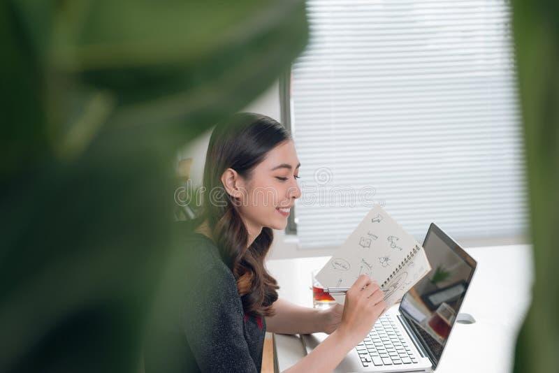 Piękna młoda kobieta pracuje od domu zdjęcie stock