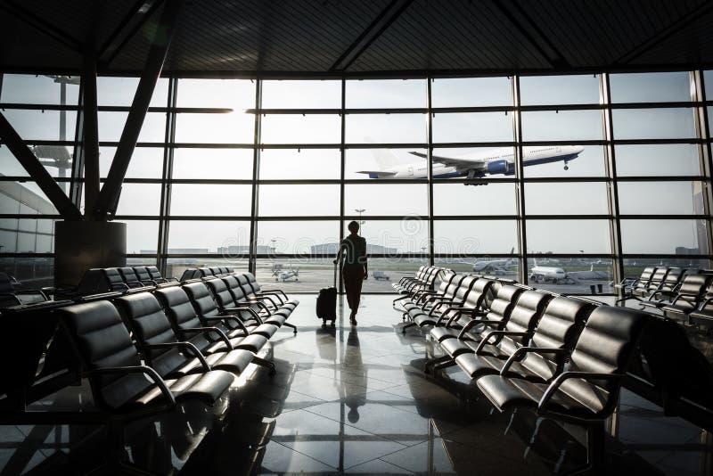 Piękna młoda kobieta przy lotniskiem obraz stock