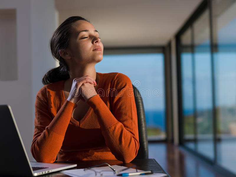 Piękna młoda kobieta relaksuje i pracuje na laptopie obrazy royalty free