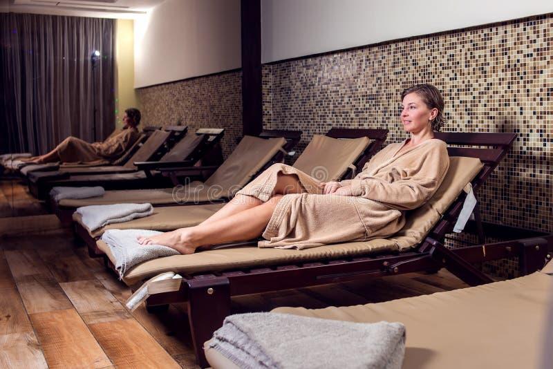 Piękna młoda kobieta relaksuje jej czas w zdroju salonie i enjoing fotografia stock