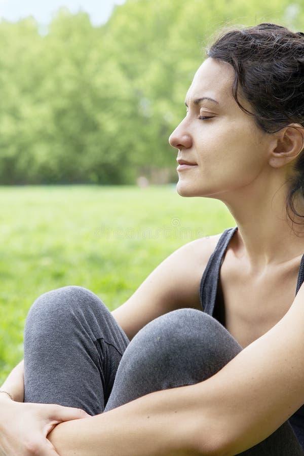 Download Piękna Młoda Kobieta Relaksuje W Zielonym Polu Zdjęcie Stock - Obraz złożonej z fielder, śliczny: 53785130