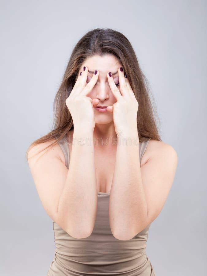 Piękna młoda kobieta robi twarzy joga pozie zdjęcia royalty free