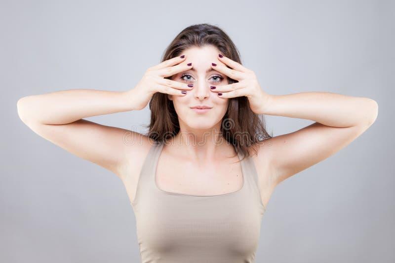 Piękna młoda kobieta robi twarzy joga pozie zdjęcie royalty free