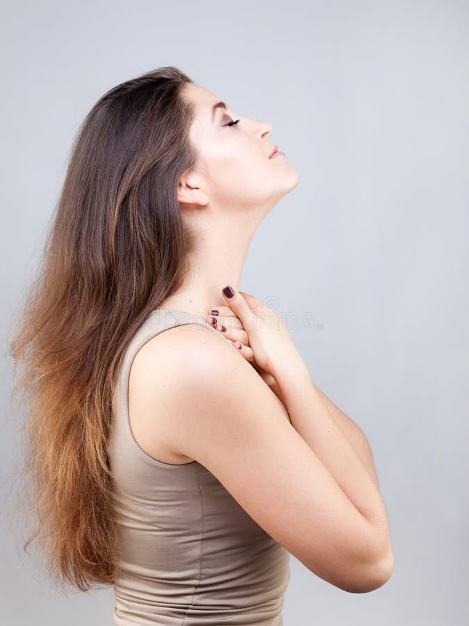 Piękna młoda kobieta robi twarzy joga pozie obraz royalty free